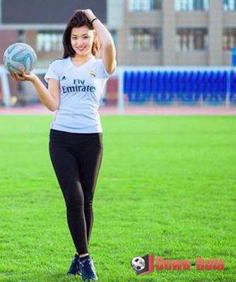 gadis cantik-real madrid-pegang bola