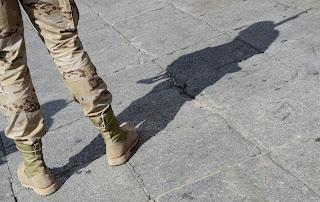 sombra de un militar con piernas
