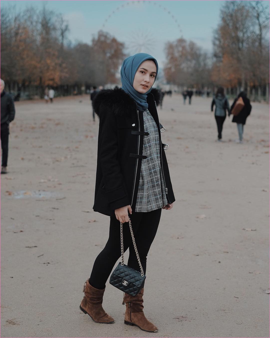 Outfit Baju Traveler Berhijab untuk Keluar Negri Ala Selebgram 2018 segiempat square hijab biru jacket bulu legging slingbags channel hitam kemeja kotak kain flannel boots  bulu heels coklat tua outfit ootd trendy london coat