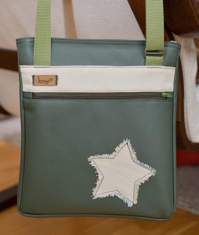 Ansicht der hinteren Seite: olivgrünes Kunstleder, Reißverschlussfach und beiger Stern und Dekostreifen mit Buntwolf  Label