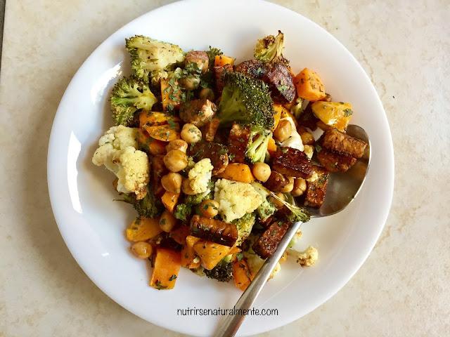 tempeh con verduras al horno, batata y garbanzos