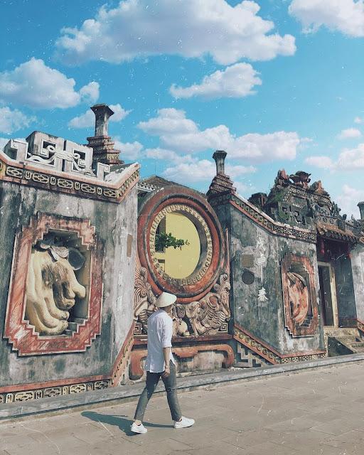 Được khởi dựng vào năm 1626, tại một địa điểm khác, sau đó mới dời đến địa điểm hiện nay, Tam quan chùa Bà Mụ giữ vai trò quan trọng trong đời sống tinh thần của cộng đồng dân cư Hội An nói chung và cộng đồng làng Minh Hương nói riêng.