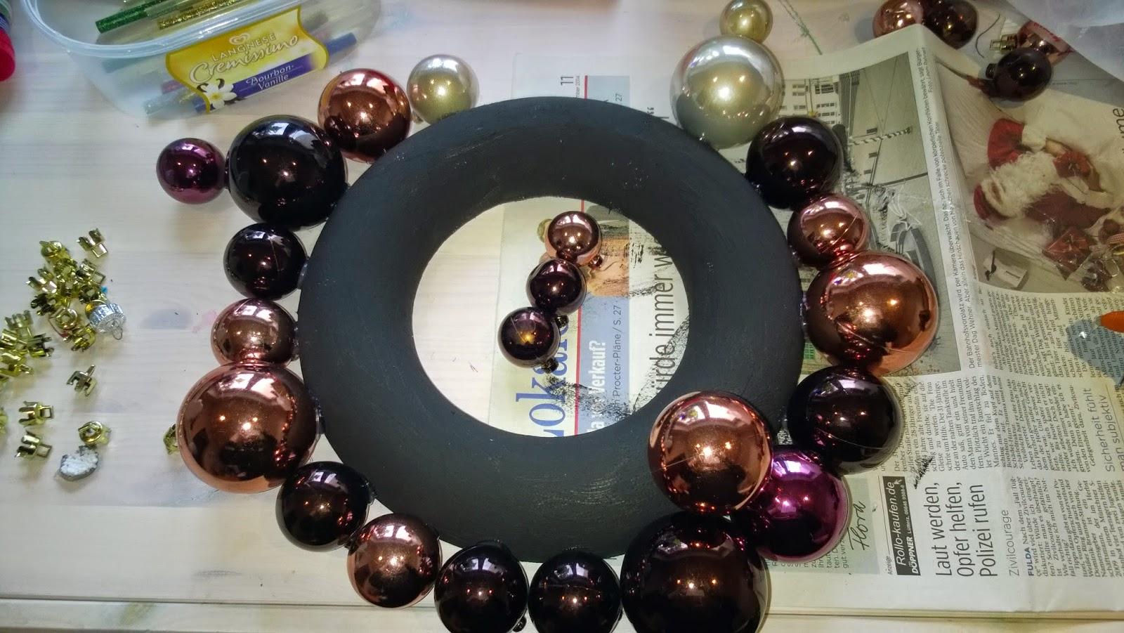 sonja bastelt und n ht kranz aus weihnachtskugeln. Black Bedroom Furniture Sets. Home Design Ideas
