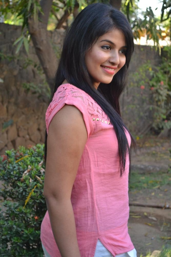 pink and rosy Anjali latest cute pic in pink