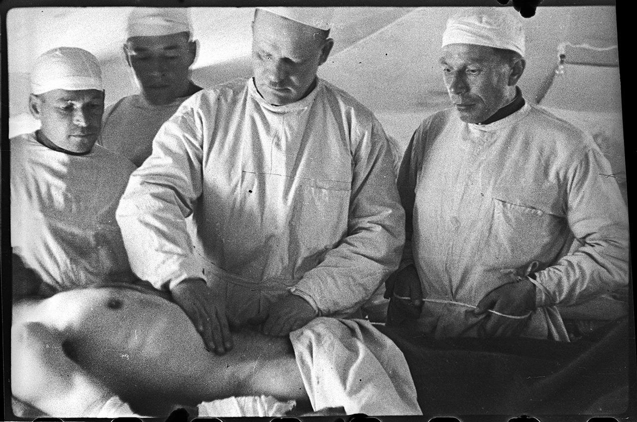 Главный хирург 4-го Украинского фронта профессор Добычин осматривает раненого Чуян, поселок Шули, 28 апреля 1944 года