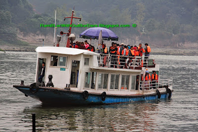 Sightseeing boat, LeShan, Sichuan, China