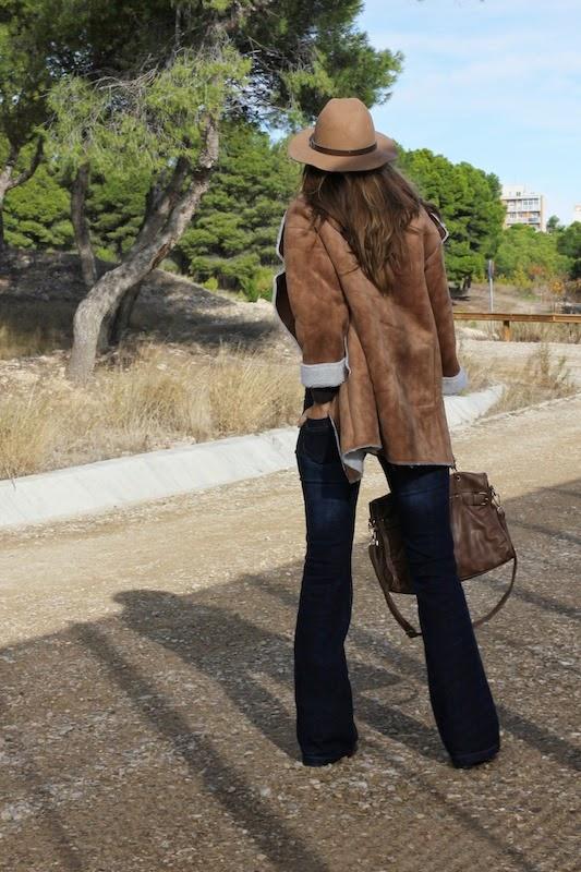 sombrero_abrigo_borreguillo_fashion_blogger_style_outfit_moda_pantalon_campana