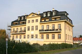 Schloss Zöbigker Rückansicht mit Eigentumswohnungen