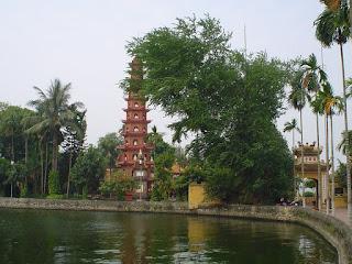 Hanoi Vietnam fotos pagoda cerca del rio