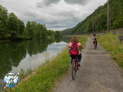 Valonia en bici junto al río mosa