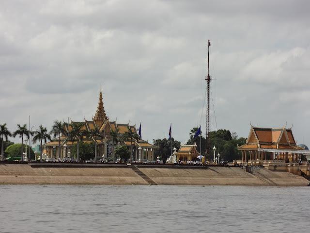 Palacio Real de Phnom penh visto desde el Mekong