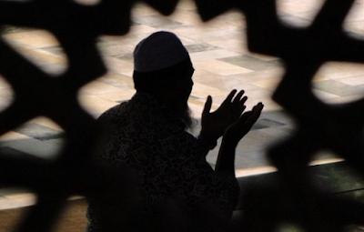 memohon dan berdoa untuk sholat hajat