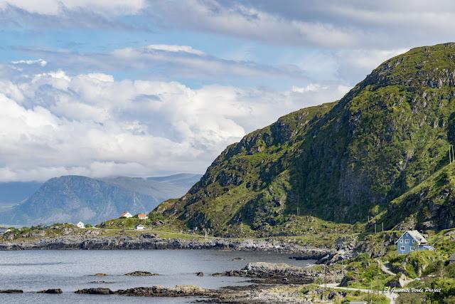 Casas y Carretera de la Isla de Runde, Noruega por El Guisante Verde Project