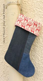 chaussette de noël en jeans montés façon patchwork et surpiqures rouge, tissu coton sur le thème de noël écru et motif rennes en rabat, doublée intérieur coton blanc cassé, cordelette en chanvre pour pouvoir l'accrocher à la cheminée. Dimensions :35 x 22 cm
