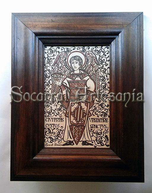Socarrat neo-románico que nos muestra al ángel Custodio de Valencia con sus atributos: Corona del Reino y escudo pavés. Socarrat Artesanía