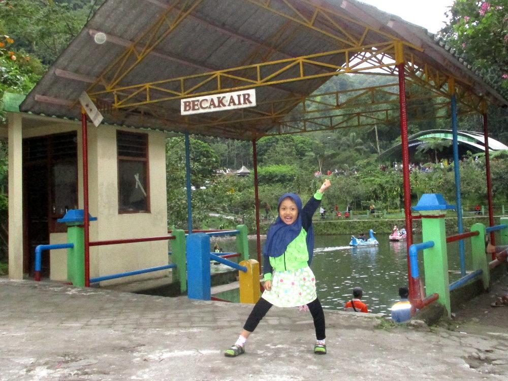 Wahana Becak Air di Tlogo Putri
