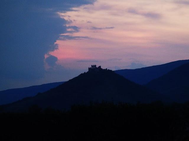 Zamki na wzgórzach (na Słowacji jest ich trochę) to znak, że jesteśmy już coraz bliżej PL ;)