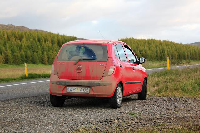 Tras un rato por una pista de tierra islandesa toca lavar el coche