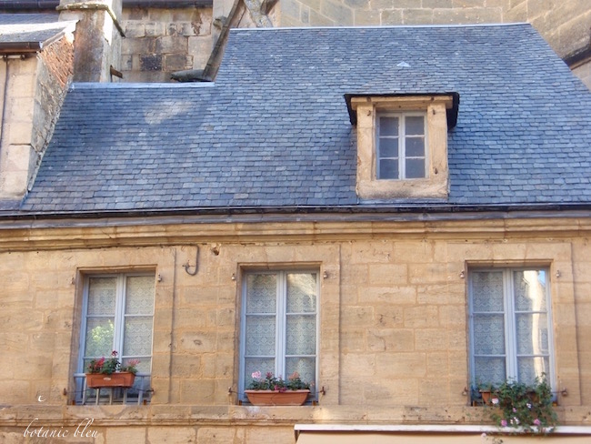 vintage-house-sarlat-france-blue-slate-roof