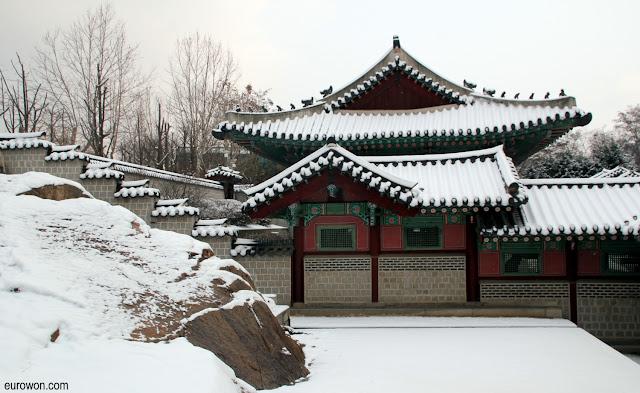 Palacio Gyeonhuigung de Seúl con nieve