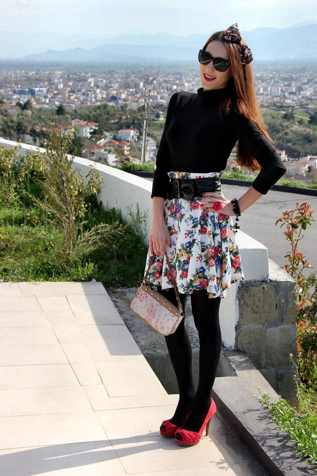 leprsava bela suknja sa cvetnim printom