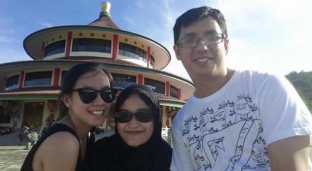 depan pagoda tri