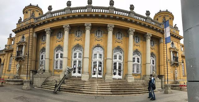 entrée secondaire des bains Széchenyi Budapest Hongrie