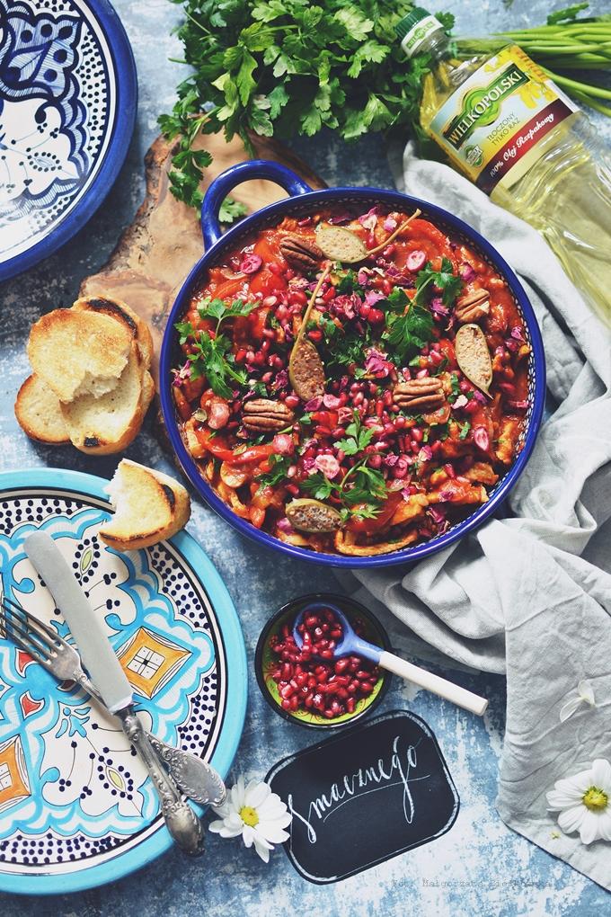 Paprykowy schab z koktajlowymi pomidorami, granatem, pekanami i różą