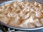 Tort cu bezea crema de ciocolata preparare reteta - imediat ce a fost scos din cuptor