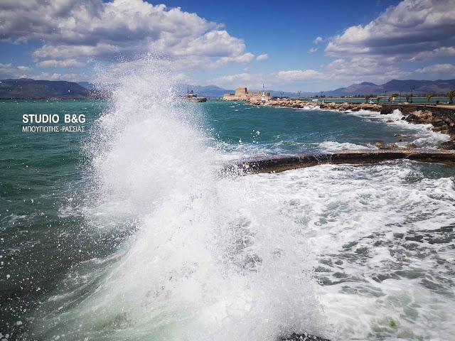 Δυνατοί νοτιάδες και κύματα στο Ναύπλιο (βίντεο)