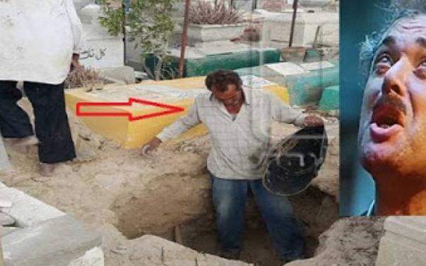 هذا ما فعله 'التربي' الذي جهز قبر محمود عبد العزير قبل الدفن! تصرف غريب جدا ..