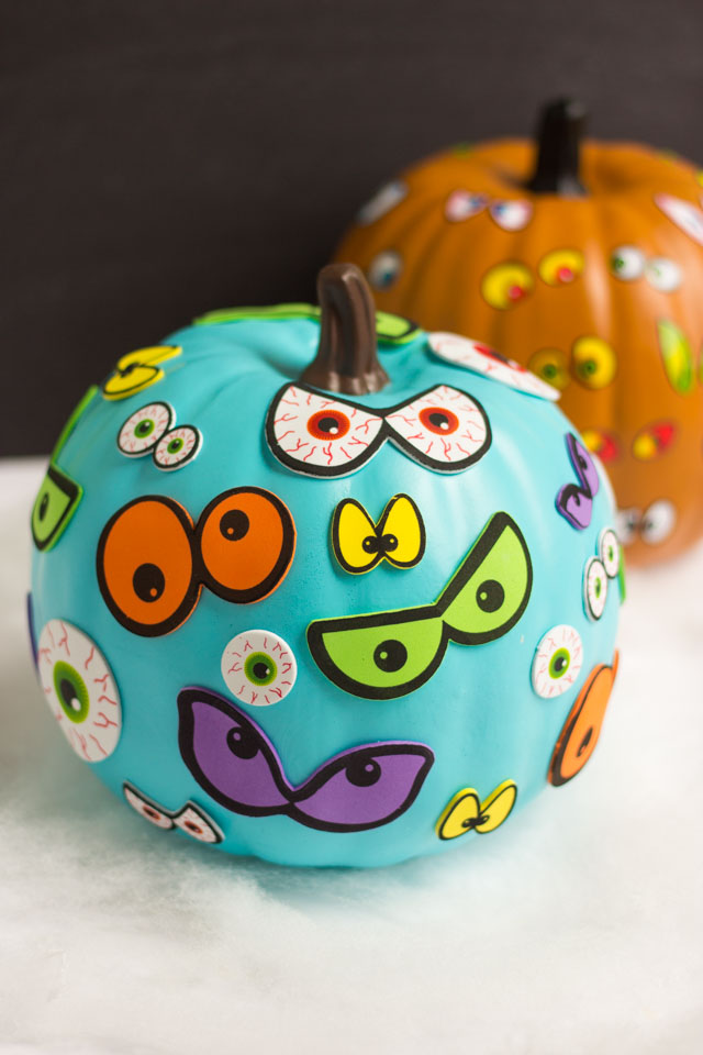 Make these spooky pumpkins in minutes with eyeball stickers- the perfect kids craft! #pumpkinideas #eyeballpumpkin #pumpkincraft