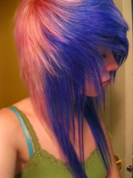 scene hair, blue and pink. I love how her hair is pulled forward and sweeps to the side ♥
