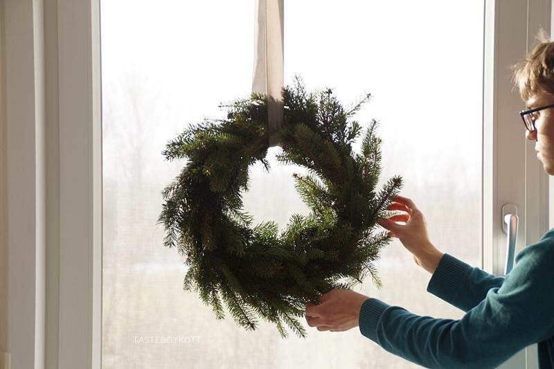 DIY einfachen schlichten Kranz für Weihnachten binden aus Fichtenzweigen. Natürliche Weihnachtsdeko selbermachen.