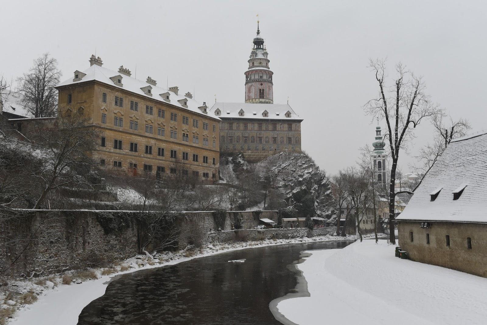 小和了了 GoGoFlywo: 穿上雪白羽絨的捷克古城古姆洛夫