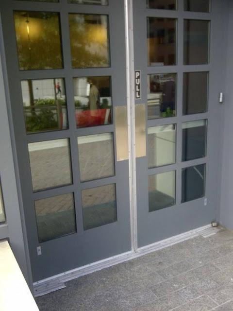 15 – Onde está a maceneta dessa porta?