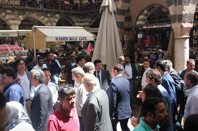 DİYARBAKIR-GAP ve kültür turları düzenleyen, Türkiye'nin önde gelen tur şirketlerinin yetkilileri ile TÜRSAB Başkanı Başaran Ulusoy ve yönetim kurulu üyeleri, Diyarbakır'da bir araya gelerek,  kentin tarihi ve turistik bölgelerini gezdiler.
