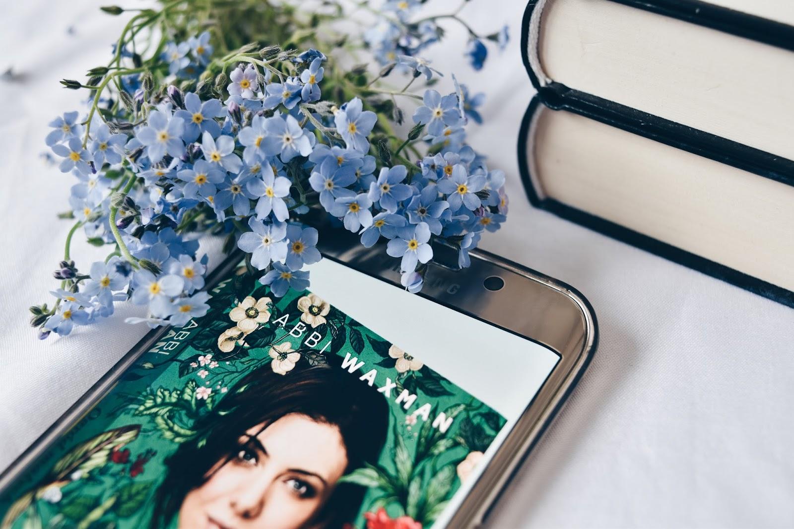 przedpremierowo, Ogród małych kroków, recenzja, Abbi Waxman, książka, ebook, telefon, kwiaty, instagram, bookstagram