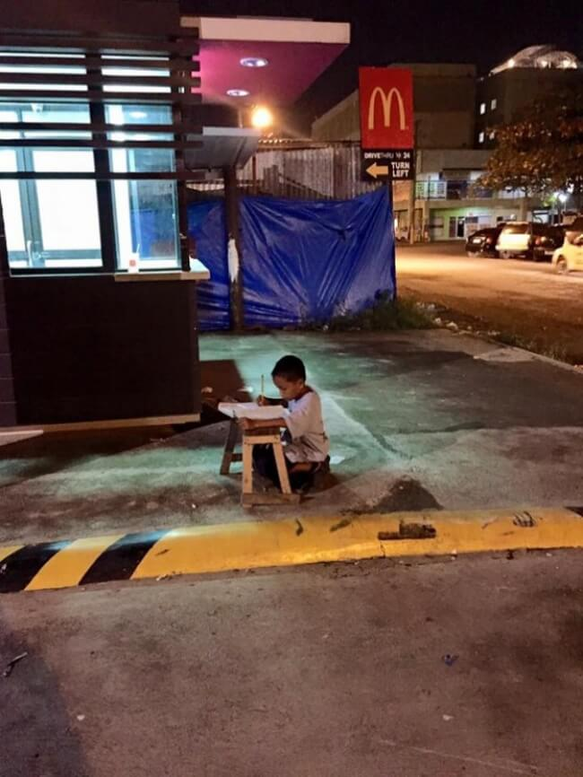 15 Pictures That Prove How Incredibly Powerful The Human Soul Can Be - 9-year-old Daniel Cabrera studies outside McDonald's.
