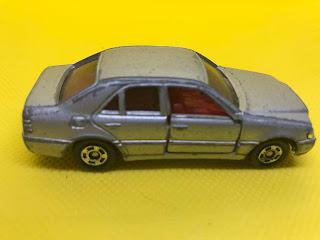 メルセデスベンツ Cクラス のおんぼろミニカーを側面から撮影
