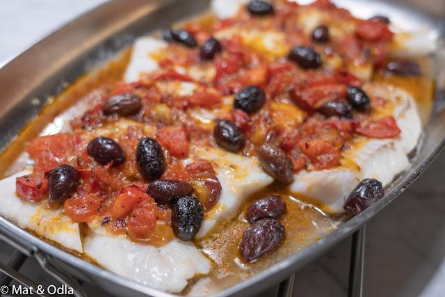 Ugnsbakad kolja med tomat- och vinsås