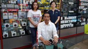 Jokowi foto bersama karyawan Focus Nusatara