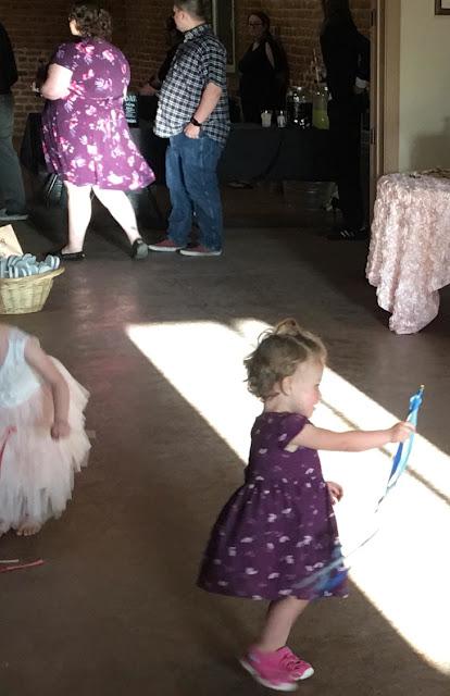 Na festa a mulher estava vestida igual a essa criança