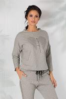 Bluza are croiul lejer, cu maneci lungi accesorizate cu benzi cu carouri