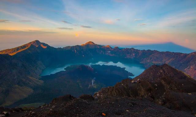 foto pemandangan dari puncak gunung rinjani