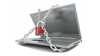 Foto de um notebook protegido com uma corrente e cadeado.