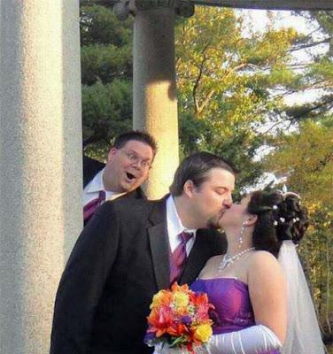 Brautpaar küsst sich - lustige Bilder