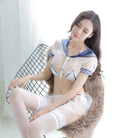 Seifuku se transforma em lingerie transparente