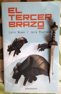 Portada del libro El tercer brazo, de Larry Niven y Jerry Pournelle