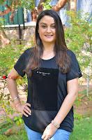 Tamil Actress Sonia Agarwal Pos in Denim Jeans at Unnaal Ennaal Movie Shooting Spot  0005.jpg